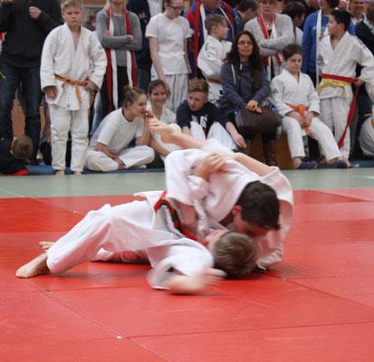 Erik Gardt hat seinen Gegner im Haltegriff.