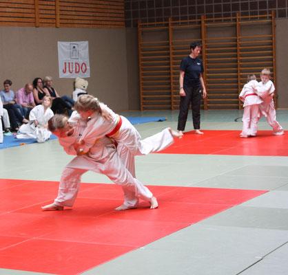 vorn Merle Diehr wirft Sina Neumann (roter Gürtel), hinten Jannis Wesseloh versucht Tom Wegner anzugreifen.