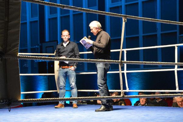 Sören (l.) und Siegfried Stinski (r.) begrüßen die Zuschauer zur Jubiläumsveranstaltung.