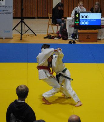 Daniel Gardt re. wirft nach wenigen Sek. mit Fußwurf (o-uchi-gari) auf dem Weg ins Finale.