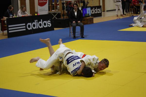 Daniel Gardt versucht den Gegner in den Haltegriff zu bekommen.