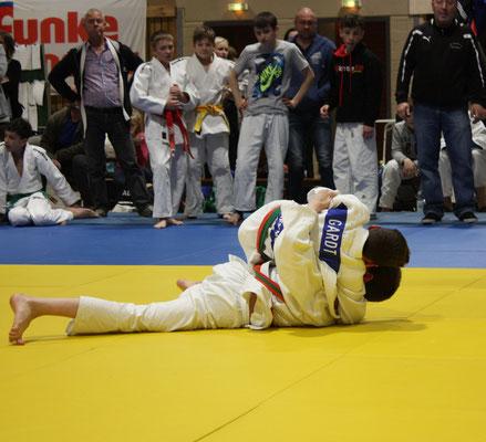 Erik Gardt hält den Gegner.