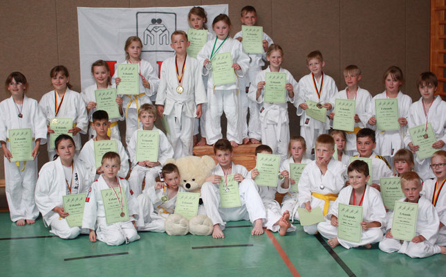 Alle erfolgreichen Teilnehmer freuen sich über Medaille und Urkunde