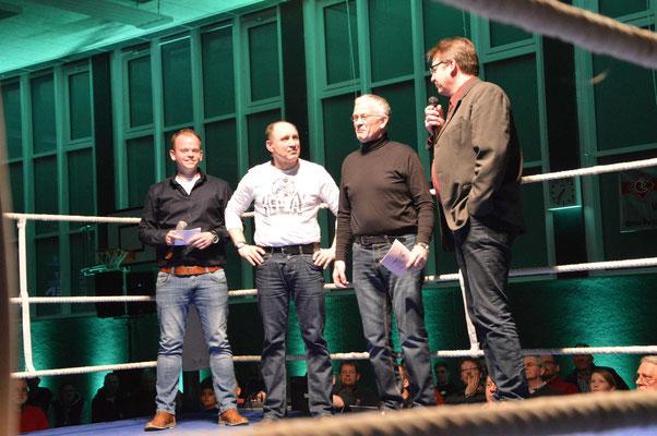 Thorsten Nagel (r.) gratuliert Siegfried Stinski zum 50-Jährigen Bestehen.