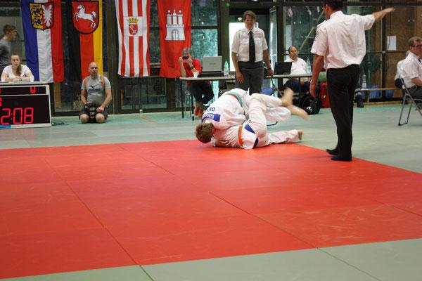 Koschel (oben) hat seinen Gegner im kleinen Finale zu Fall gebracht und erhält vom Kampfrichter eine Wertung dafür.