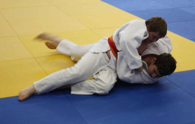 Philipp Förster hält seinen Gegner im Haltegriff.