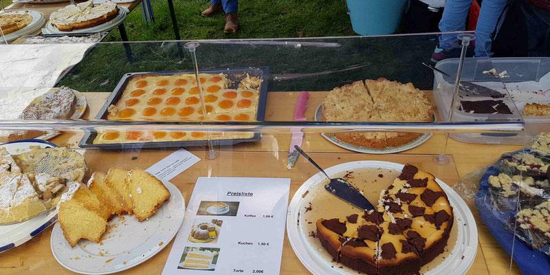 ...viele Kisdorfer bringen Kuchenspenden vorbei und unterstützen damit unsere Arbeit