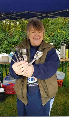 Doris freut sich über gespendetes Besteck einer Kisdorferin - wir wollen ja plastikfrei sein