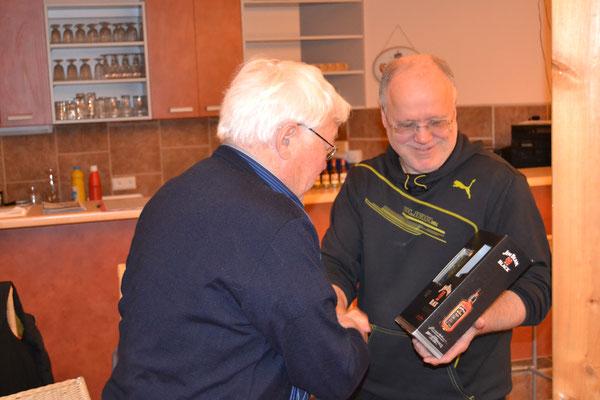 Sieger Hans Hoßbach nimmt von Organisator Dietmar Bleil seinen Gewinn entgegen