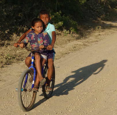Mit dem Fahrrad auf dem Weg zum Strand