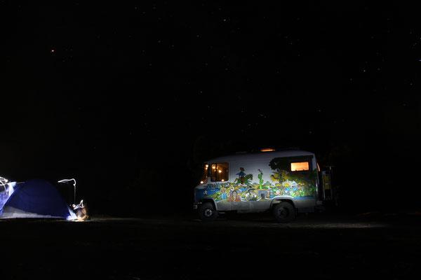 Langzeitbelichtung in der Wildnis mit Anleuchten mit Taschenlampe