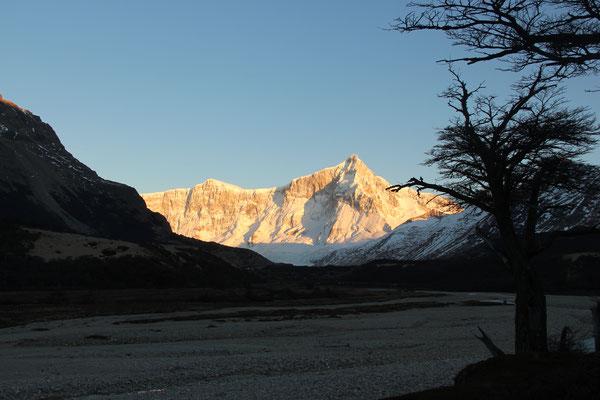 Blick von unserer Hütte am Morgen auf die umliegenden Berge