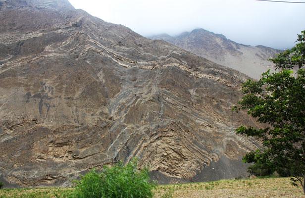 Skurille Gesteinsschichten auf der Anfahrt zum Canyon de Pato