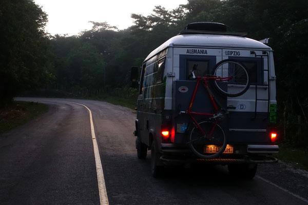 Carl auf dem Weg nach Tikal in der Morgendämmerung