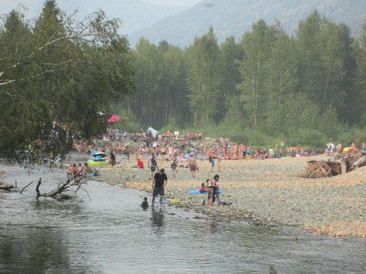 Fluss durch das Festivalgelände