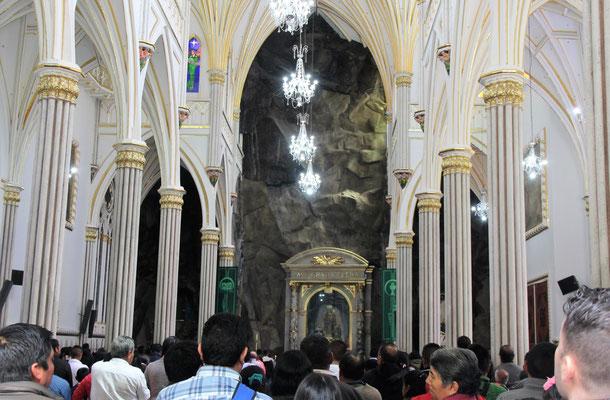 Auch die Wallfahrtskirche in Las Layas ist bis auf den letzten Platz gefüllt