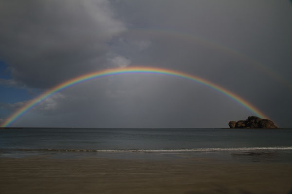 Eine unwirkliche Szenerie. Der (untere) Regenbogen teilt den Himmel, unter ihm sieht man die Wolken kaum noch.