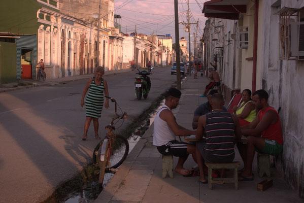 Alles findet auf der Straße statt, auch das abendliche Dominospiel