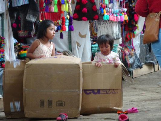 Spielende Kinder am Markt