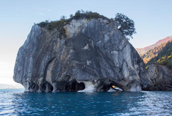 An der Wasserkante dieses Felsens befinden sich einige der Marmorhöhlen