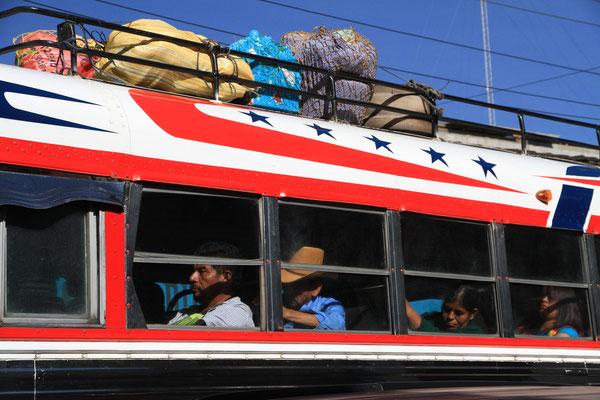 """""""Chicken-Bus"""" - heißt unter Ausländern so, weil die Einheimischen hier gerne auch ihre lebenden Hühner mitnehmen"""