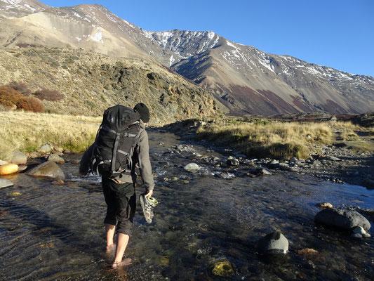 Eiskalte Flussüberquerung im Perito Moreno Nationalpark