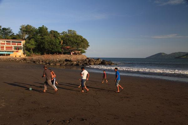 Spielende Kinder am Strand bei La Unión