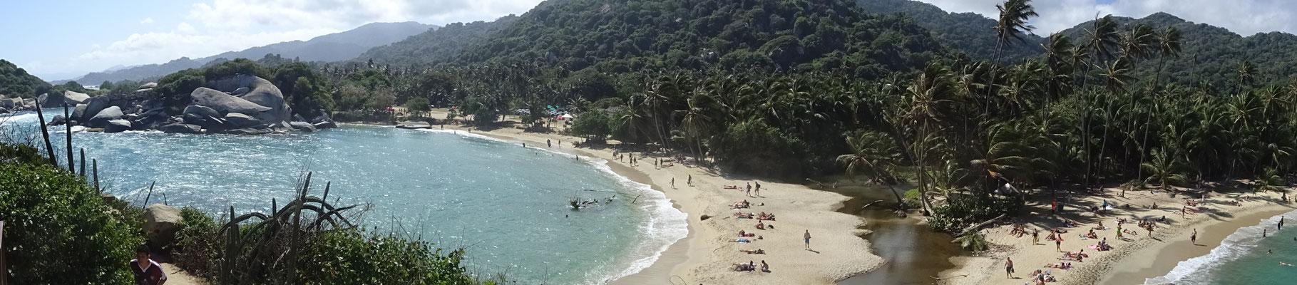 Blick von einer Halbinsel auf 2 Strände und viele Kolumbianer