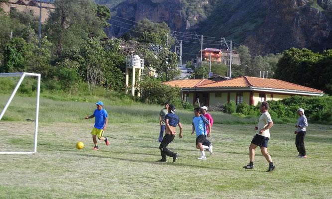 Im Sinne der Völkerverständigung bringe ich den Peruanern zunächst Fußball bei
