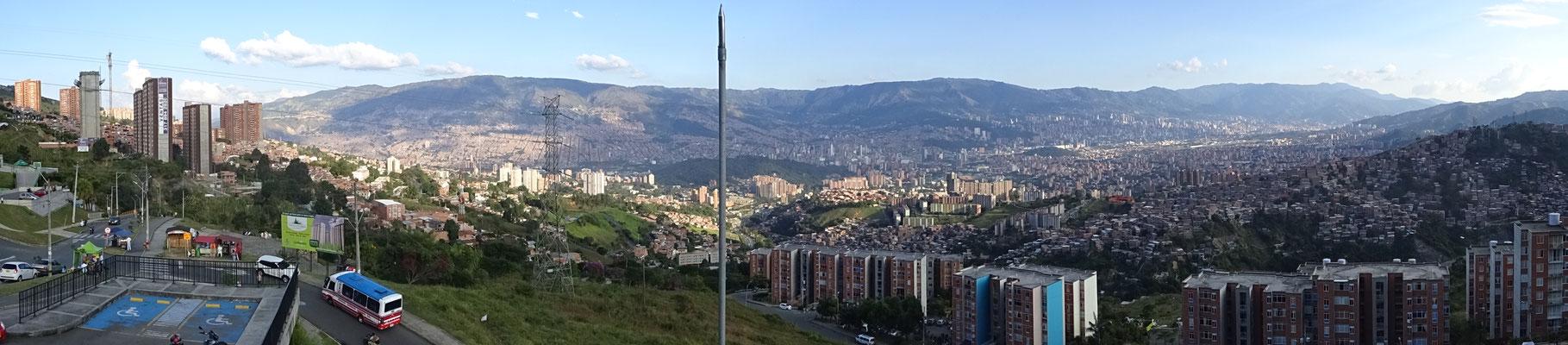 Panorama Medellin - die Stadt liegt in einem Tal zwischen fast 3000 m hohen Bergen