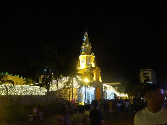 Weihnachtlich geschmücktes Stadttor von Cartagena
