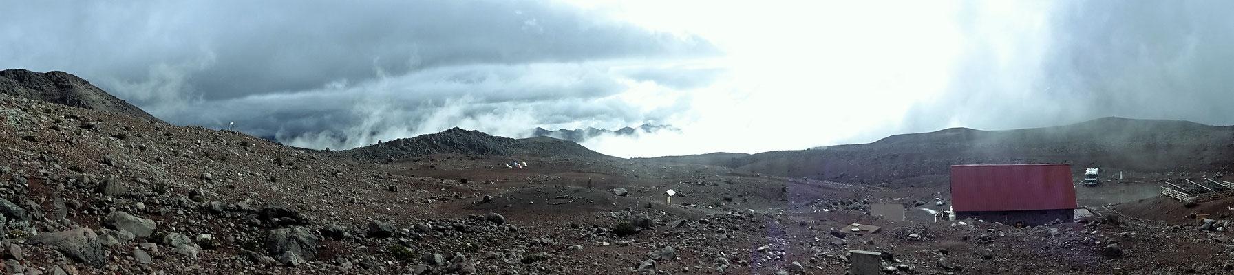 Am Chimborazo: Schutzhütte, Carl und Zeltlager über den Wolken