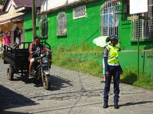 Livingston hat nur 4 Kreuzungen, auf je zwei davon steht ein Polizist, auf den anderen beiden eine Polizistin. Das ist Gleichberechtigung!