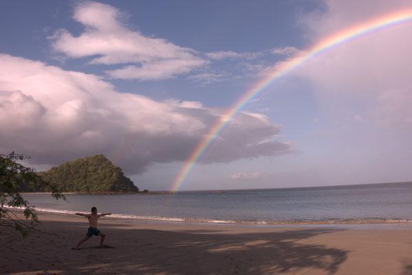 """Die Yogafigur heißt """"Der Krieger"""" und der Regenbogen ist natürlich Fotoshop"""
