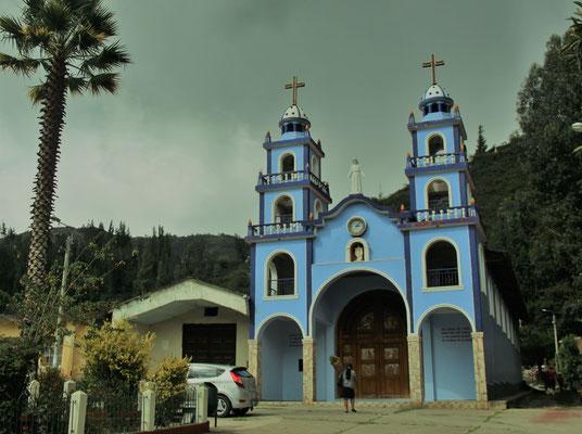 Ein Gewitter zieht auf über ein kleinen Kirche in der Sierra Banca