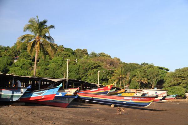 Fischerboote am Strand in El Salvador