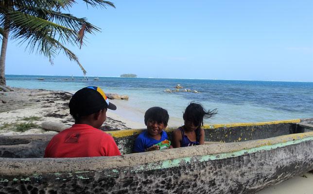Strandkinder - die Bewohner kommen nur hier her, wenn auch Touristen da sind.