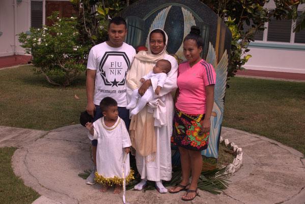 Familienfoto vor der Kirche nach dem Gottesdienst