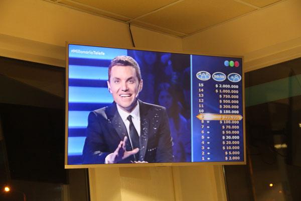 """""""Wer wird Millionär"""" im argentinischen Fernsehen (an einer Raststätte)"""