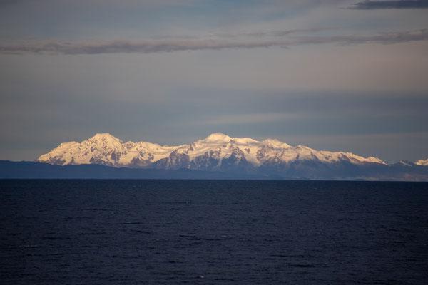 Schneebedeckte Gipfel über dem Tititacasee
