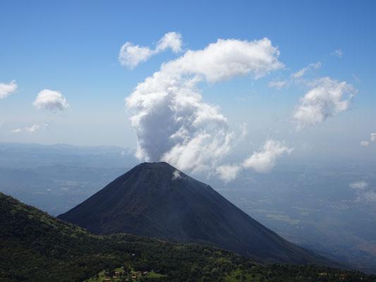 Blick vom Vulkan Santa Ana auf den Izalku - der Fotograf schummelt hier allerdings etwas: das ist kein Rauch sondern eine Wolke