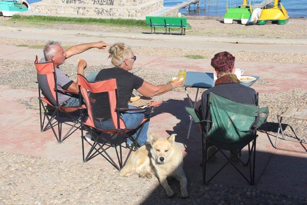 Frühstück mit Eric und Sophia aus Curacao und einem Straßenhund am Copacabana-Strand
