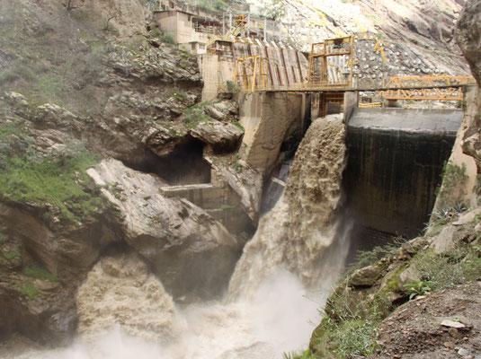 Reißende Wassermassen im Canyon de Patos. Da kann man sich kaum vorstellen, dass 98% des im peruanischen Bergland fallenden Regens nach Osten, zum Amazonasbecken hin abfließt und nur 2% zur Pazifikküste