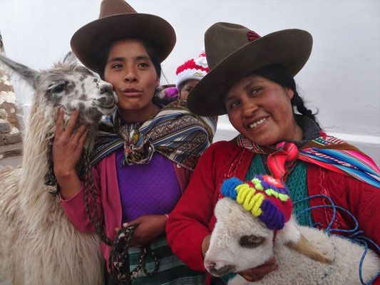 Posieren mit Lama für Touristenfotos