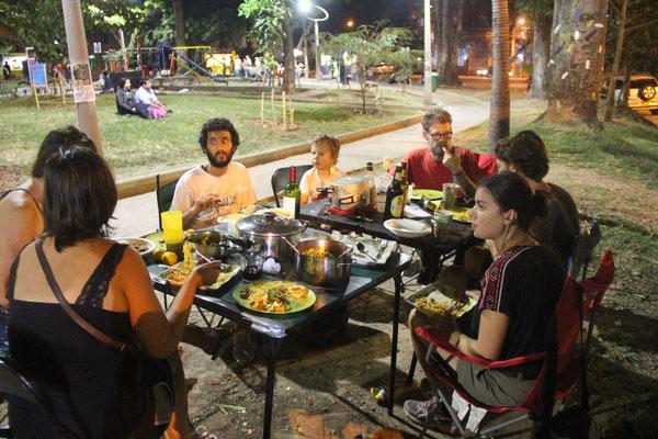 Wenn wir abends bei den Autos sitzen kommen häufig neugierige und freundliche Kolumbianer vorbei