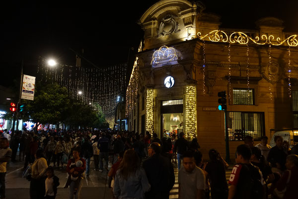 Weihnachtliche Straßen in Guatemala City bei angenehmen Temperaturen Ende November