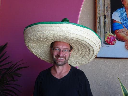 kleiner Mann mit großem Hut