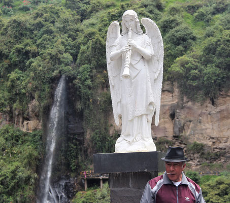 Auf der Brücke zur Kirche: Engel mit Wasserfall