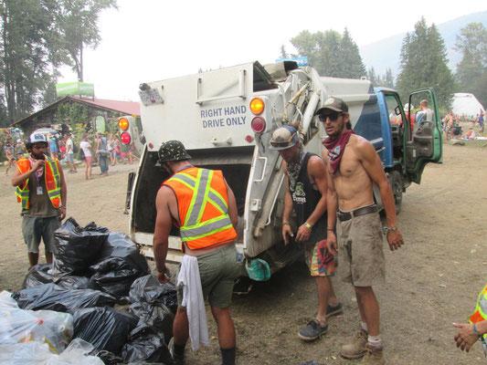 Das Müllteam bei der Arbeit