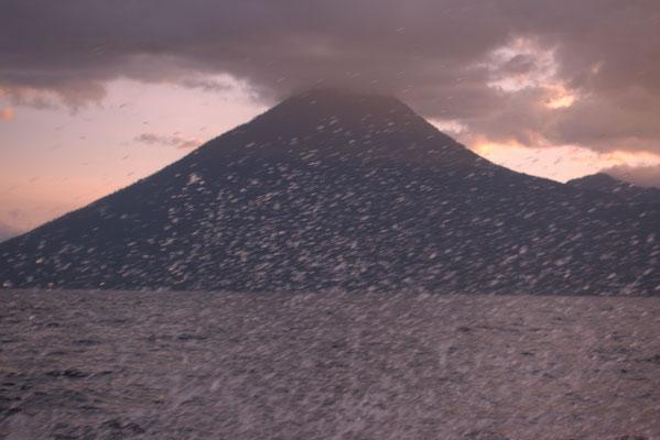 Vulkan vom fahrenden Schnellboot aus fotografiert